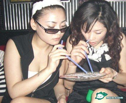 young-chinese-girl-doing-drugs-snorting-kingfen-ketamine-02